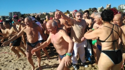 Gairebé 300 atrevits van saludar el nou any tirant-se a mar